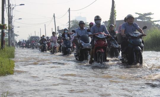 Giao thông gặp nhiều khó khăn khi nhiều tuyến đường bị ngập nặng