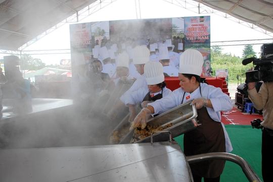 Các đầu bếp đang tham gia chế biến siêu lẩu. Ảnh: Ngọc Trinh