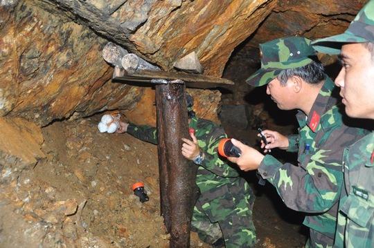 Lực lượng công binh tiến hành đặt thuốc nổ để đánh phá hầm vàng
