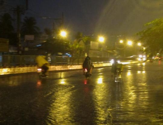 Cơn mưa bất chợt đổ xuống luc rạng sáng đã giải tỏa sự ngột ngạt tại TP HCM trong những ngày nắng nóng kéo dài