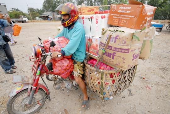 """Anh Chao Sóc Hum, thương lái Campuchia sang cửa khẩu Tịnh Biên mua hàng, cho biết: """"Mỗi ngày tôi sang Việt Nam mua hàng nông sản từ 2-3 chuyến để mang về tiêu thụ cho các chợ xã""""."""