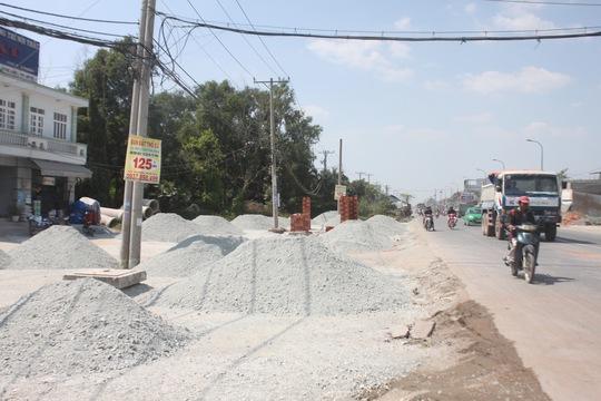 Vướng 24 hộ dân với chiều dài 1.000 m, khiến dự án mở rộng và nâng cấp Tỉnh lộ 10 và nhánh 10B (huyện Bình Chánh, TP HCM) kéo dài 6 năm mà chưa hoàn tất