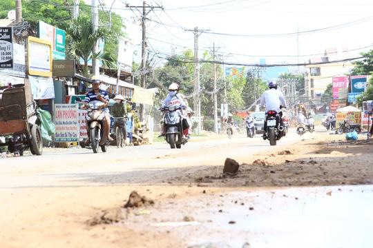 Đất đá vương vãi trên đường Đỗ Xuân Hợp, quận 9, TP HCM