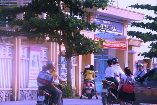 Số học sinh không đội mũ bảo hiểm tại Trường tiểu học Kim Đồng khá đông