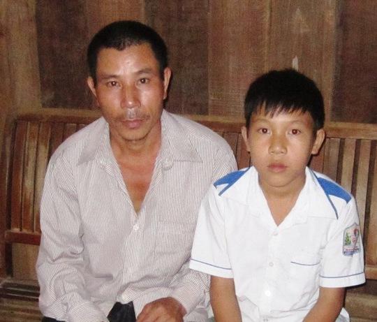 Cháu Tuấn cùng bố trong căn nhà nhỏ.
