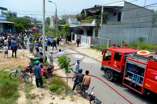 Hai xe chữa cháy cùng hàng chục chiến sĩ đã đến dập lửa cho can nhà