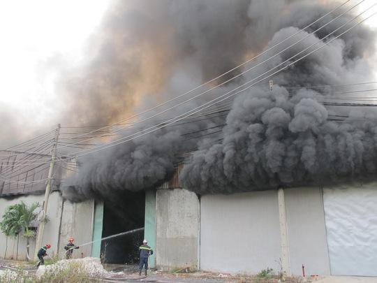 đám cháy bùng phát dữ dội