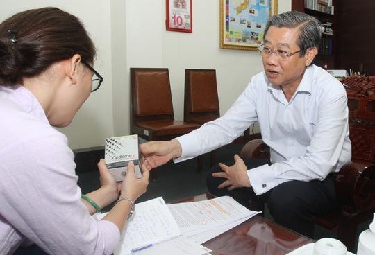 Phó Chủ tịch UBND TP HCM Hứa Ngọc Thuận đang trao đổi với phóng viên  Báo Người Lao Động. Ảnh: HOÀNG TRIỀU