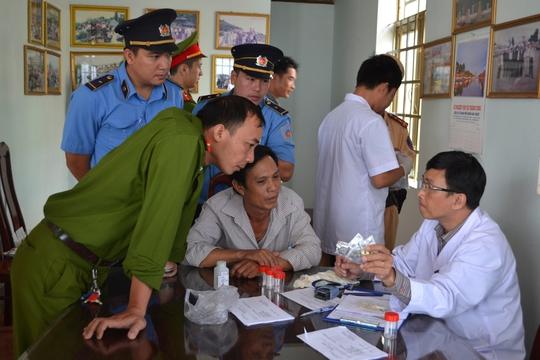 Đoàn kiểm tra liên ngành tỉnh Đắk Lắk giải thích quy trình kiểm tra sức khỏe cho các tài xế