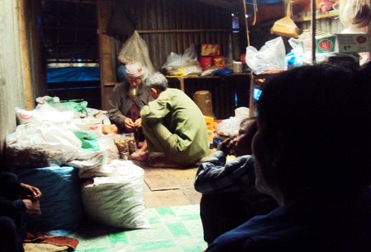 Cụ Ba Lưới đang bốc thuốc trị bệnh cho dân nghèo ở địa phương.