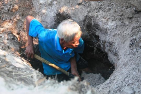 """Một miệng hầm khác ở khu vực gần đó được người dân phát hiện và tiếp tục """"khai quật"""""""