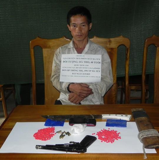 Đối tượng Dà Thò cùng số ma túy và vũ khí tang vật. Ảnh: C. Thắng