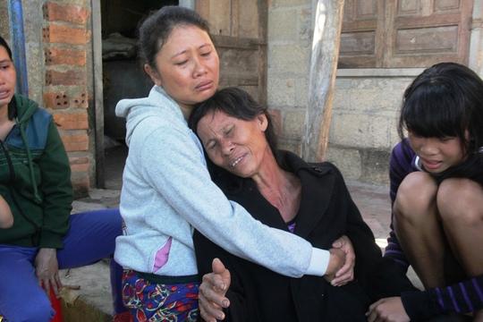 Người nhà nạn nhân khóc ngất vì cái chết tức tưởi của con trai. Ảnh: Thu Bồn