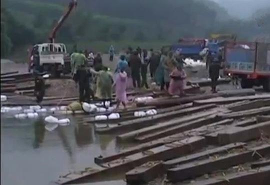 Số gỗ lậu bị cơ quan chức năng thu giữ trên sông Rào Tre. Ảnh kiểm lâm cung cấp.