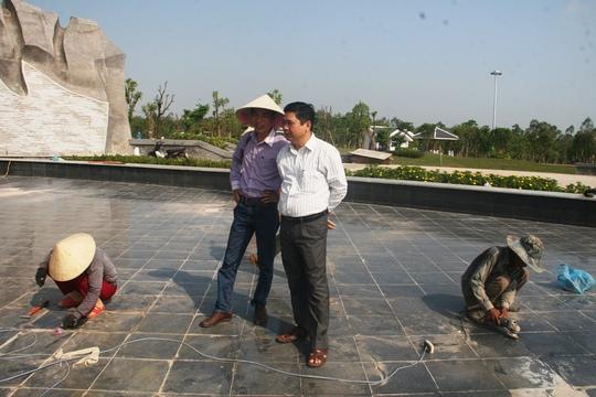 Giám đốc Sở Xây dựng tỉnh Quảng Nam – ông Nguyễn Phú (áo trắng) kiểm tra công tác khắc phục