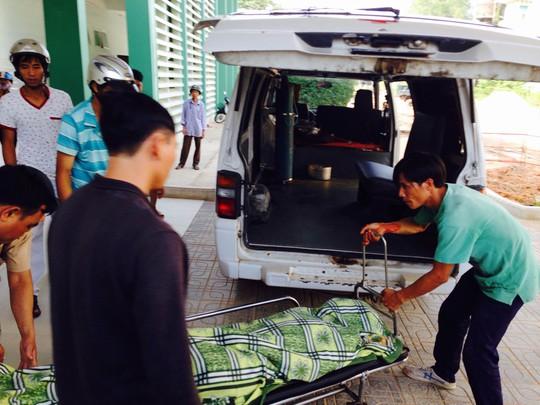 Đưa thi thể Thắng từ bệnh viện về nhà để lo hậu sự Ảnh: CTV