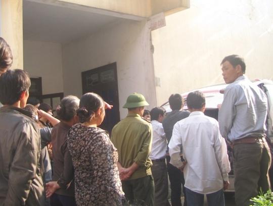 Nhiều người nhà bệnh nhân Sơn tập trung tại bệnh viện yêu cầu làm rõ nguyên nhân tử vong của bệnh nhân.