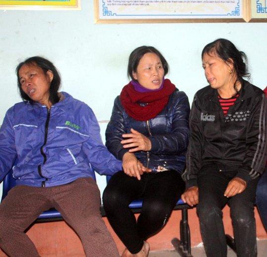 Người nhà đau đớn trước cái chết bất thường của mẹ con sản phụ Vân. Ảnh: Thái Cao