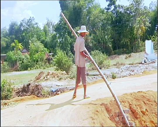 Người dân địa phương dùng chướng ngại vật cản đường Ảnh: Bình Quang