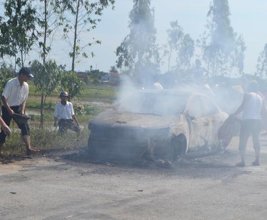 Người dân nổ lực dập đám cháy. Ảnh: Đ. Chung