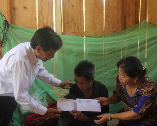 Ông Trịnh Minh Châu, Chủ tịch UBND huyện Tương Dương thăm hỏi ông Lo Văn Bình (bố nạn nhân Thọ).