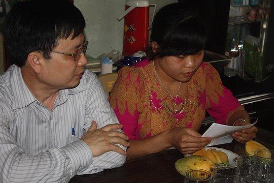 Giám đốc Sở Y tế Nghệ An ông Bùi Đình Long công bố quyết định tiếp nhận em Trang. Ảnh: Thái Cao