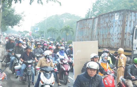 Đường Nguyễn Tri Phương bị kẹt xe dài sau vụ tai nạn