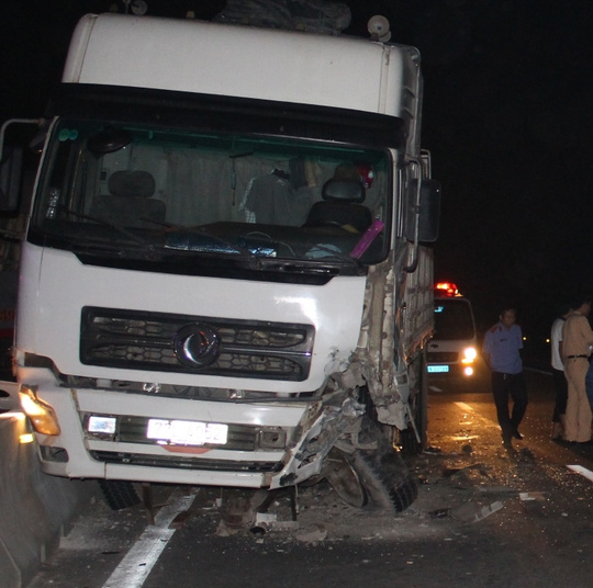 Xe tải lao vào dải phận cách sau cú va chạm.