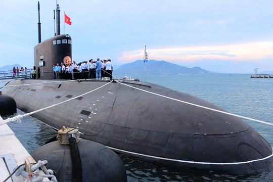 Tàu ngầm kilo 183 TP HCM tại quân cảng