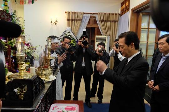 Thủ tướng Nguyễn Tấn Dũng thắp nhang và viết vào sổ tang chia buồn Ông Lê Thanh Hải viếng ông Nguyễn Bá Thanh