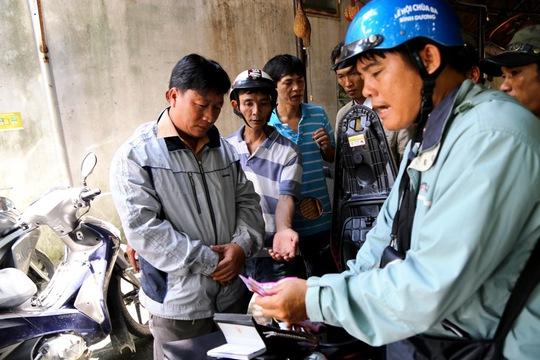 Nguyễn Văn Ngọc (trái) bị bắt cùng tang vật là 15 tờ vé số giả