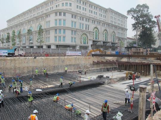 Lồng thép để làm tường chắn cho sàn máy của tuyến Metro số 1 được thi công trên đường Lê Lợi, quận 1, TP HCM Ảnh: Thu Hồng