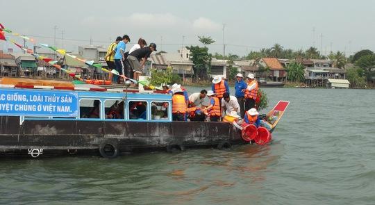 Thả cá xuống sông Tiền nhằm tái tạo nguồn lợi thủy sản Ảnh: TTXVN