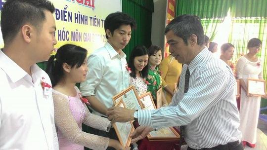 LĐLĐ huyện Hóc Môn khen thưởng 25 tập thể và 56 cá nhân có thành tích xuất sắc trong các phong trào thi đua.