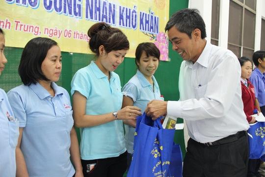 Ông Nguyễn Văn Khải, Phó Chủ tịch Thường trực LĐLĐ TP HCM, tặng quà Tết Ất Mùi cho công nhân tại KCX Linh Trung 1