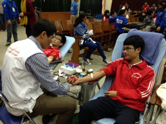Đông đảo thanh viên, sinh viên tham gia hiến máu cứu người