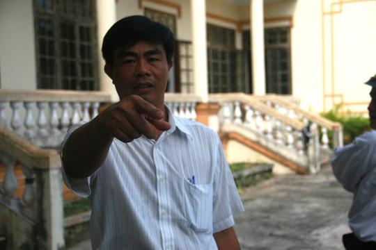 """Ông Nguyễn Đức Đạo, người bị truy tố tội """"Tham ô tài sản"""" chỉ tay, yêu cầu phóng viên phải xin phép mới được chụp hình"""