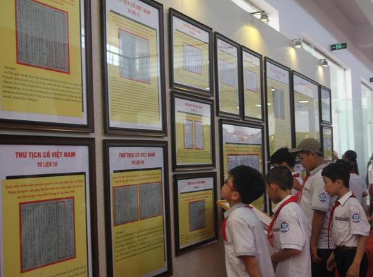 Các cháu học sinh cũng rất quan tâm đến các thông tin tại triển lãm