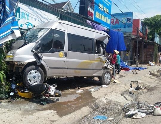 Xe ô tô 16 chỗ bị tông bay lên vỉa hè. Ảnh: Đào Bình
