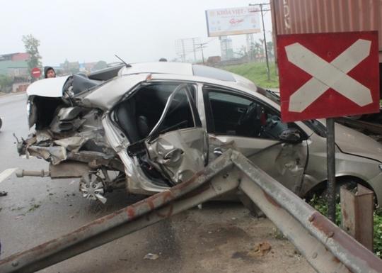 Ô tô bị dập nát sau khi bị tàu hỏa tông.