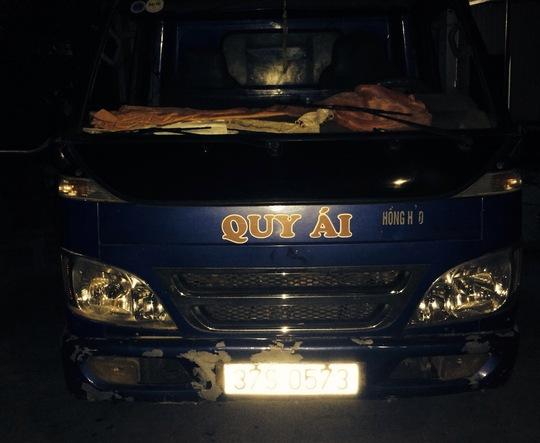 Chiếc xe tai chở da, mỡ động vật bị CSGT bắt giữ.