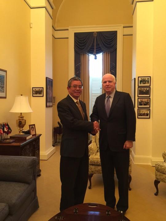 Đại sứ Việt Nam tại Mỹ Phạm Quang Vinh gặp Thượng nghị sĩ John McCain