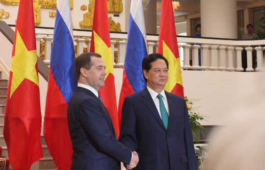 Thủ tướng Nguyễn Tấn Dũng bắt chặt tay Thủ tướng Nga Medvedev sau hội đàm