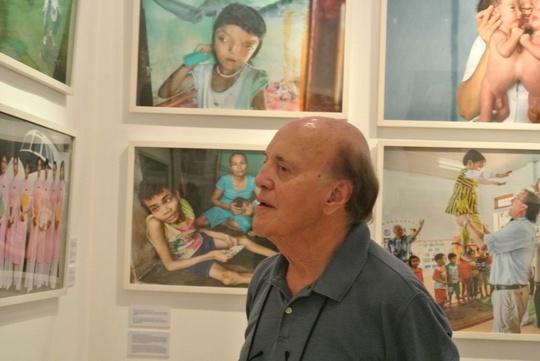 Nhà báo chiến trường Peter Arnett trước những bức ảnh về hậu quả chiến tranh tại Việt Nam