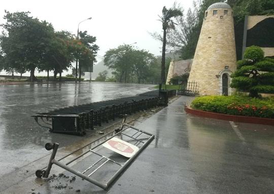 Mưa gió làm đổ rào chắn công sở ở quận Đồ Sơn (Hải Phòng)