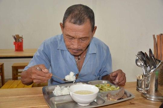 Ông Nguyễn Minh Châu thường đến ăn cơm 2000 đồng vì mỗi buổi chạy xe ông chỉ kiếm được 20.000 đồng để tự nuôi thân