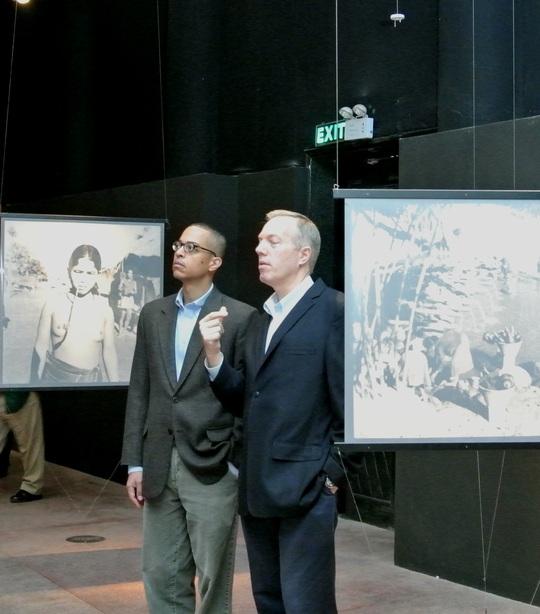 Thăm triển lãm Tây Nguyên những năm 50 của thế kỷ XX qua ảnh của Jean-Marie Duchange. Ngắm những bức ảnh được chiếu sáng treo lơ lửng trong căn phòng tối, Đại sứ Osius không ngớt lời khen đẹp