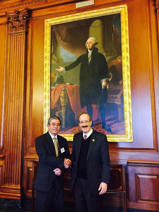 Đại sứ Việt Nam tại Mỹ Phạm Quang Vinh gặp Hạ nghị sĩ Eliot Engel. Ảnh: Bộ Ngoại giao Việt Nam