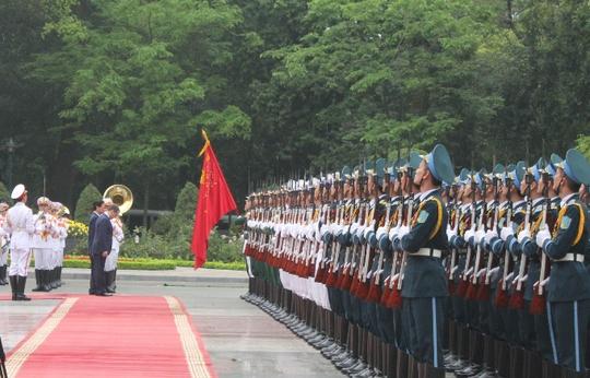 Hai Thủ tướng nghiêng mình trước quốc kỳ hai nước