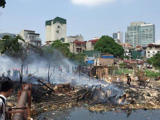 Vụ cháy đã thiêu rụi nhiều ngôi nhà tạm ven hồ